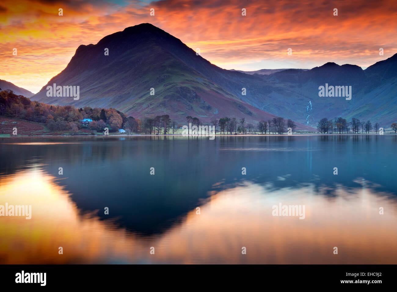 Lever de soleil spectaculaire sur la Lande & Fleetwith Pike, Parc National de Lake District, Cumbria, England, Photo Stock