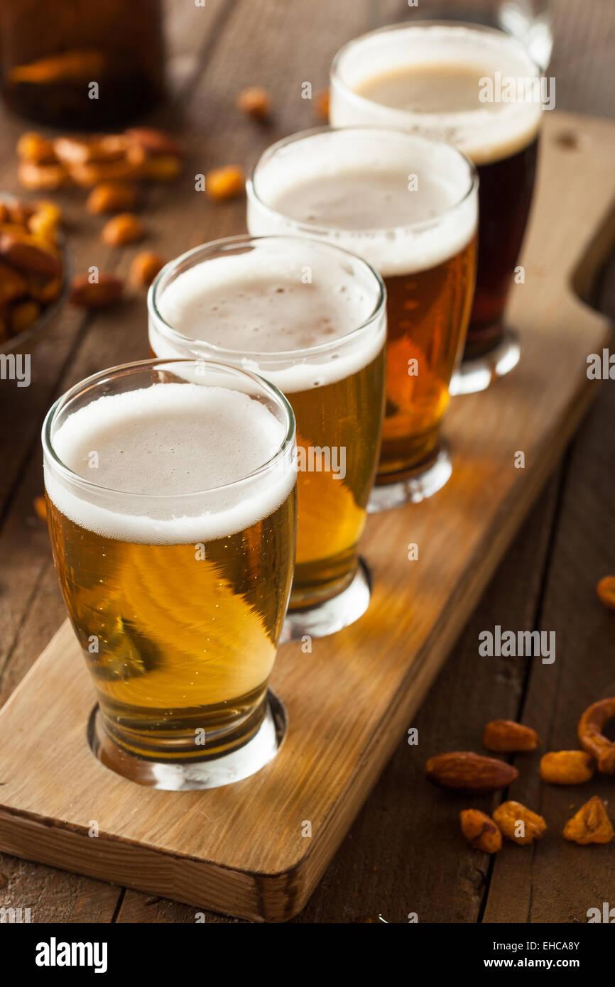 Un assortiment de bières dans un vol prêt pour la dégustation Photo Stock