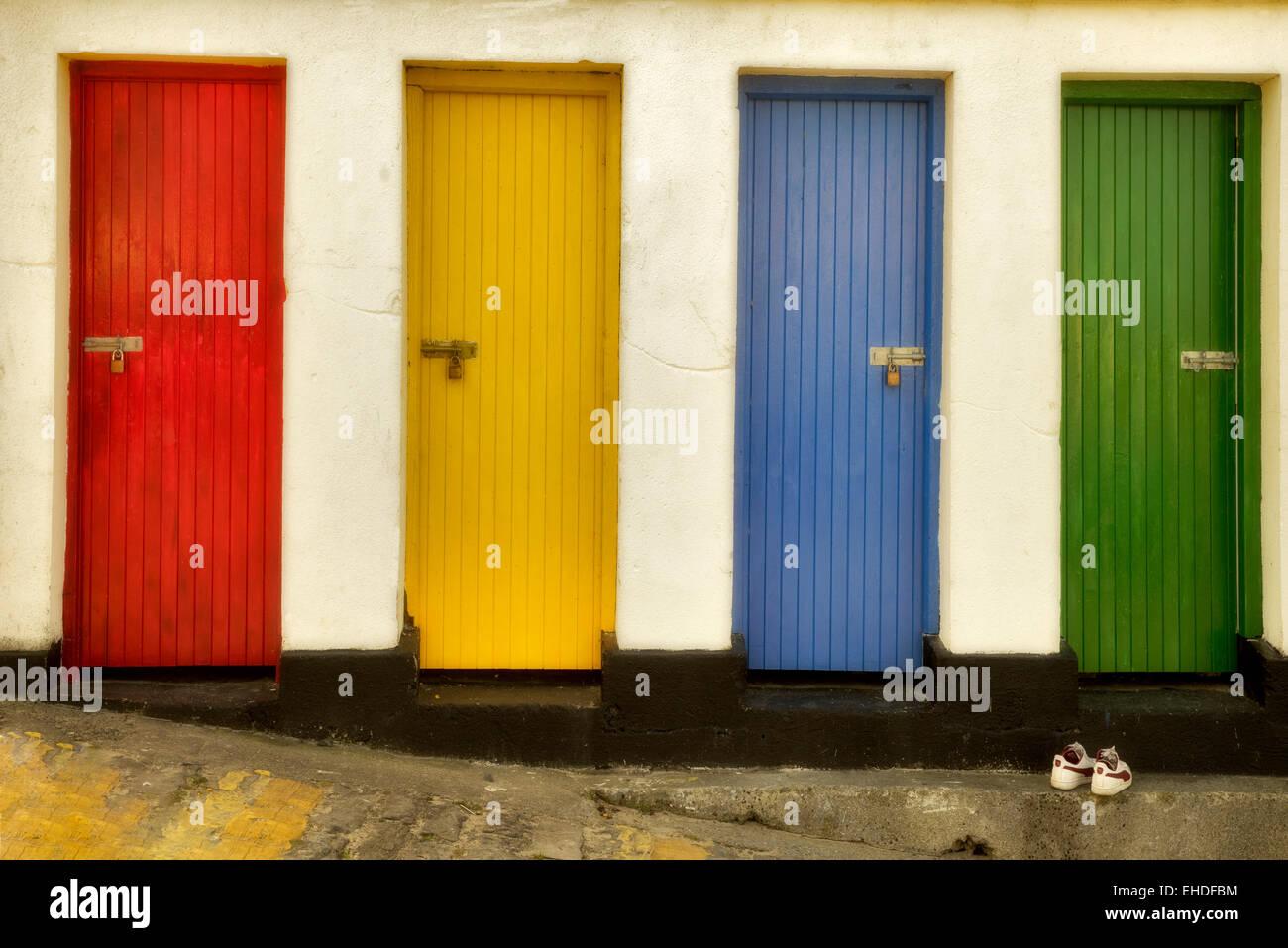 Les portes de couleur. Inishfree Pier, Ennicrone, Irlande Photo Stock