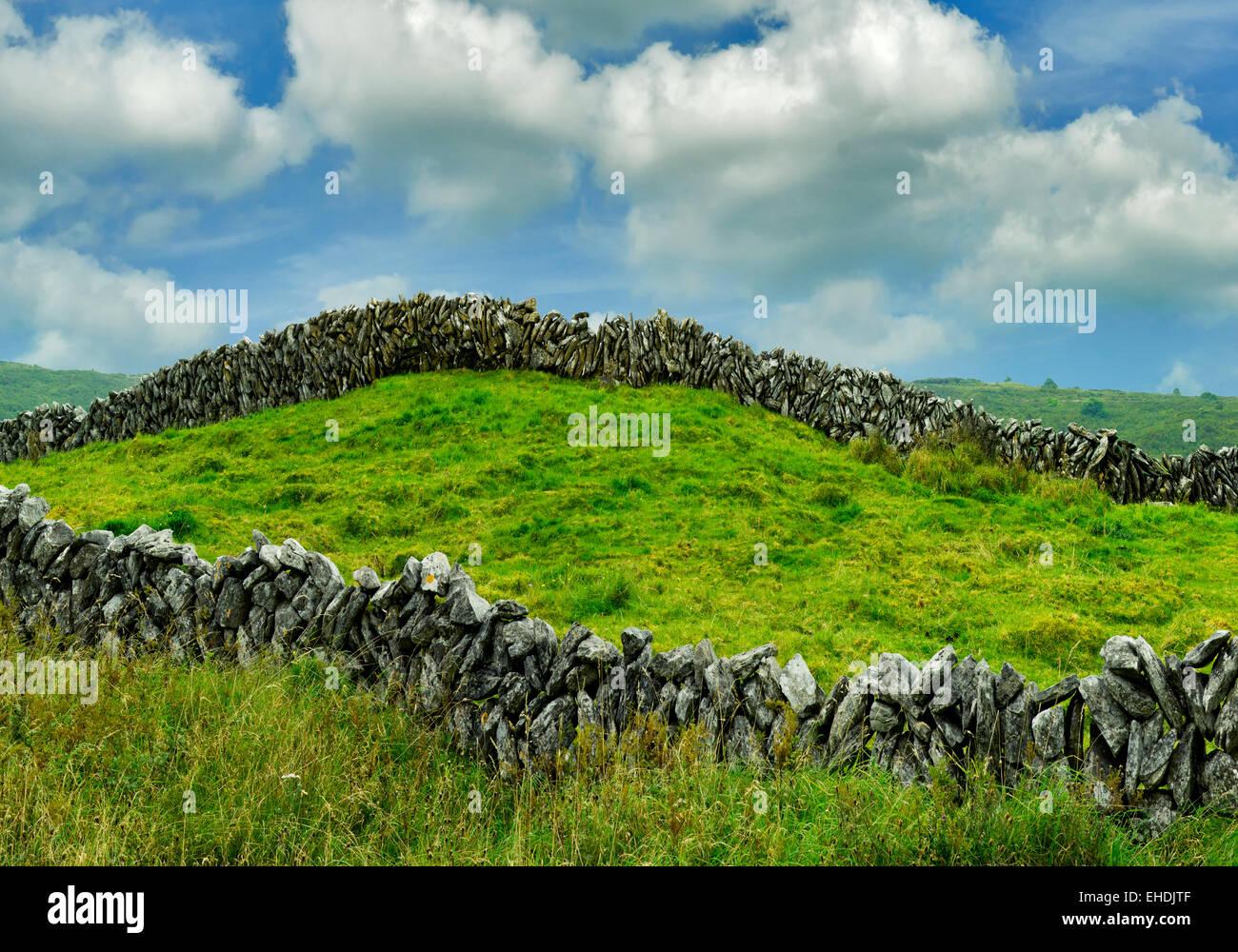 Rock fence et nuages dans le Burren. L'Irlande. Photo Stock
