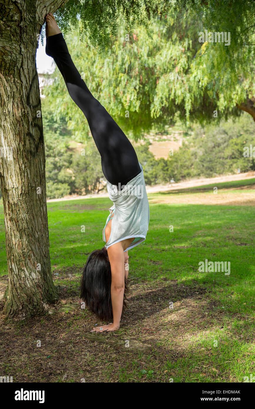 Une femme tombe sur une scène dans la région de Balboa Park, San Diego, Californie Photo Stock