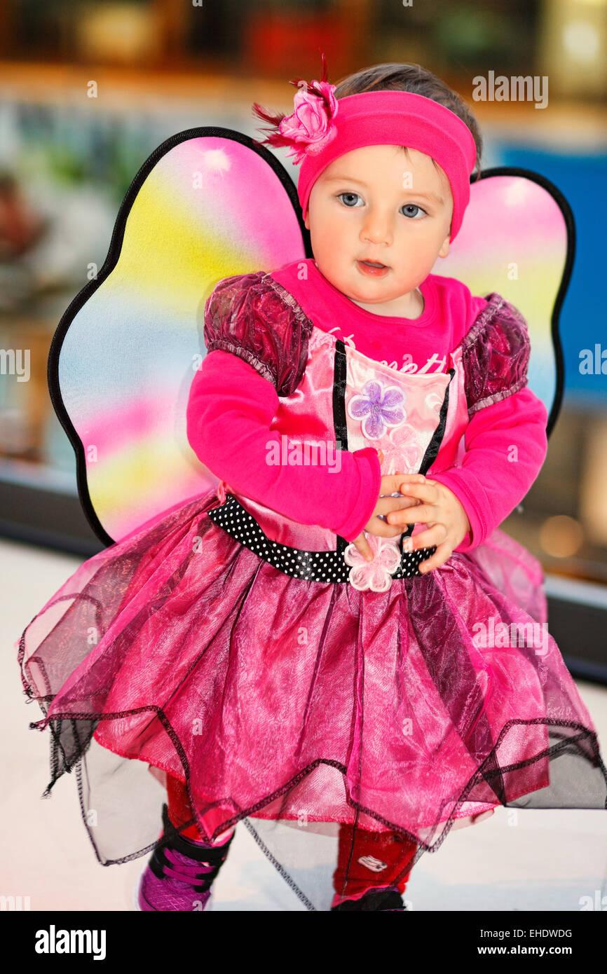 Une jolie petite fille en costume de fée s'amusant Photo Stock