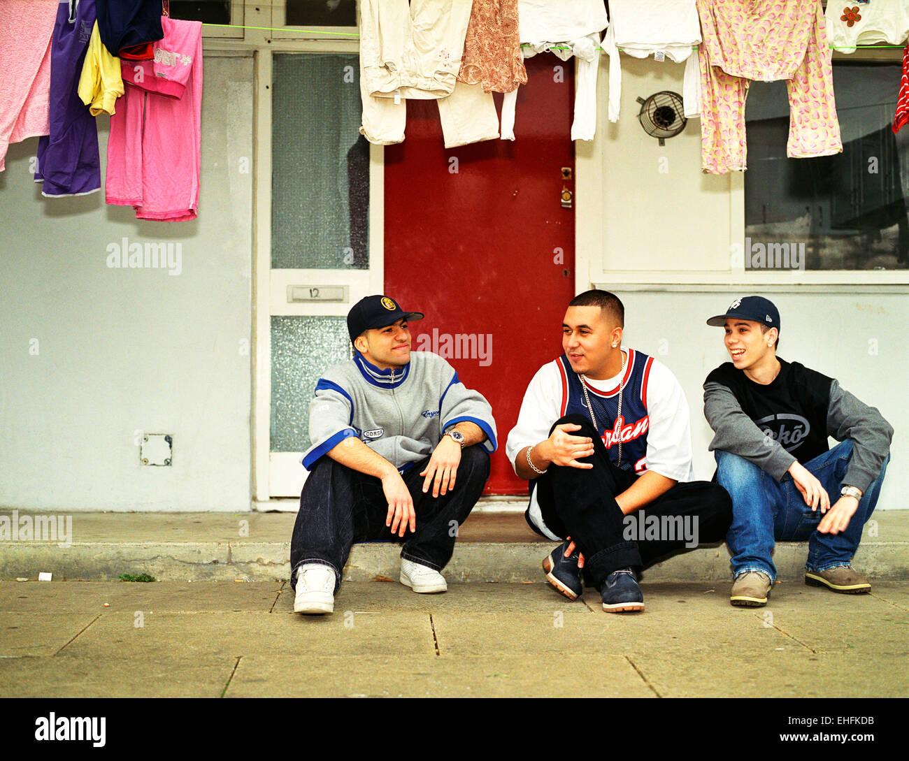 Clan latine photographié sur le terrain où ils vivent dans la rue Edgware Londres. Photo Stock