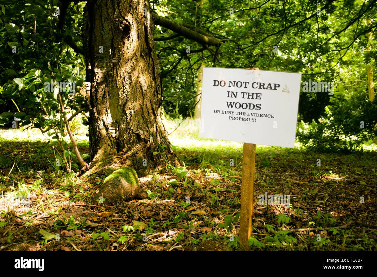 Funny sign dans les bois à un festival. Banque D'Images