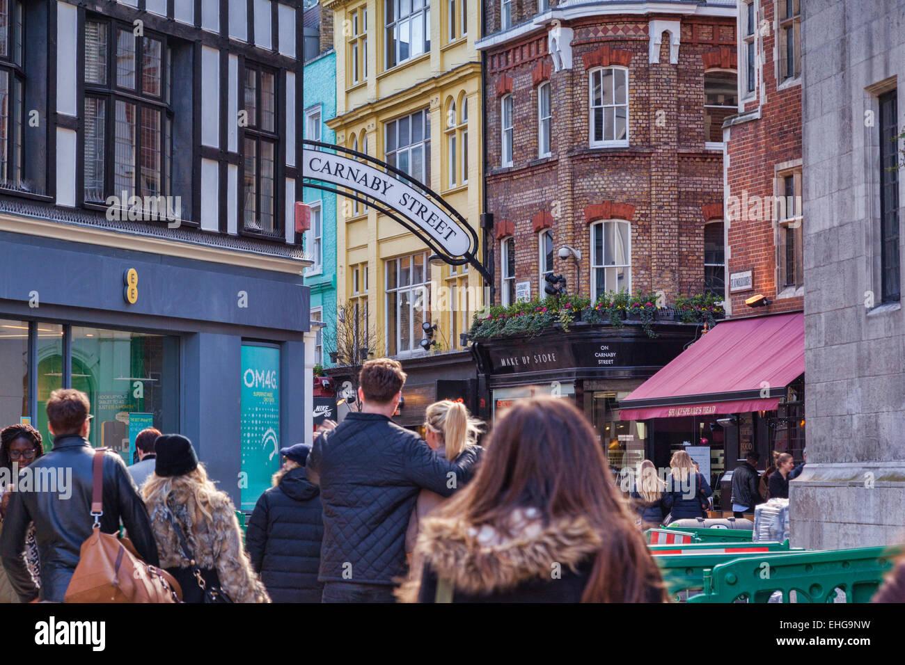 La foule à l'approche de Carnaby Street, Londres, Angleterre. Photo Stock