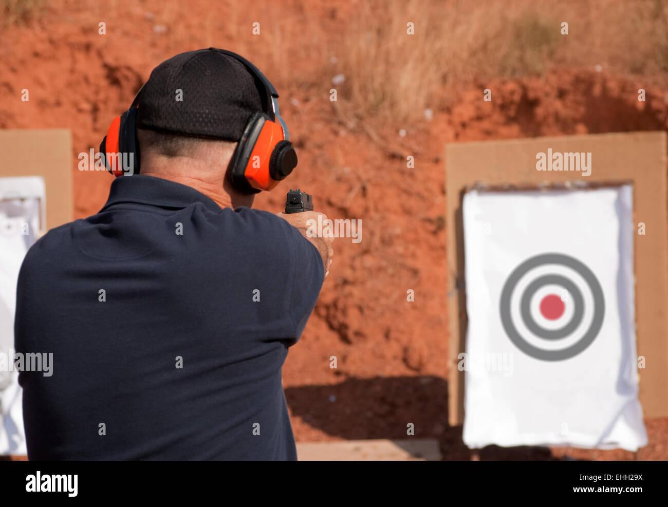 L'homme à tirer sur une cible sur un tir de l'extérieur, l'accent sur la réglementation Photo Stock