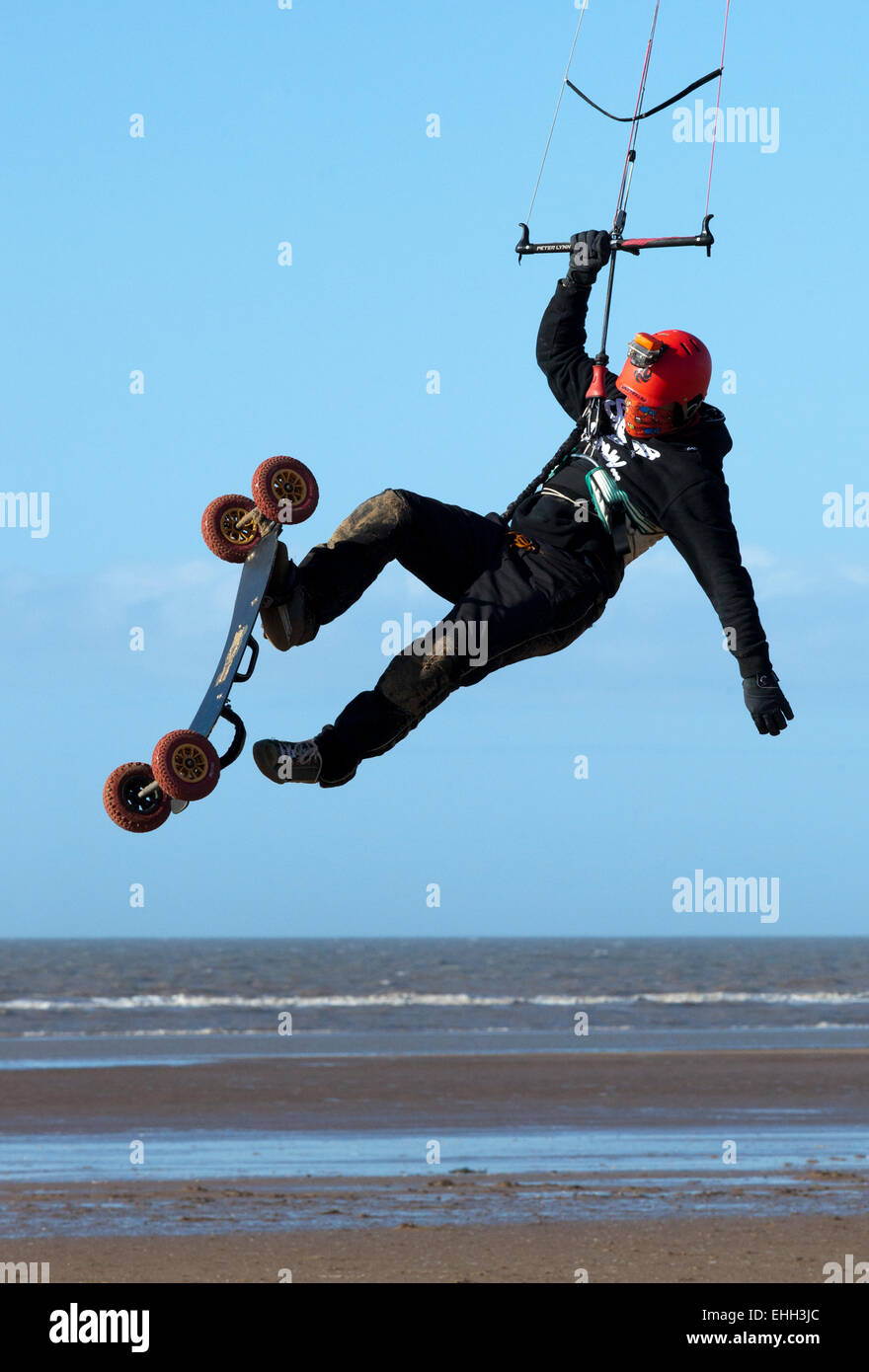 Carl Kirton pratiquer son kite-surf techniques sur la plage de Southport, Merseyside, Royaume-Uni Photo Stock