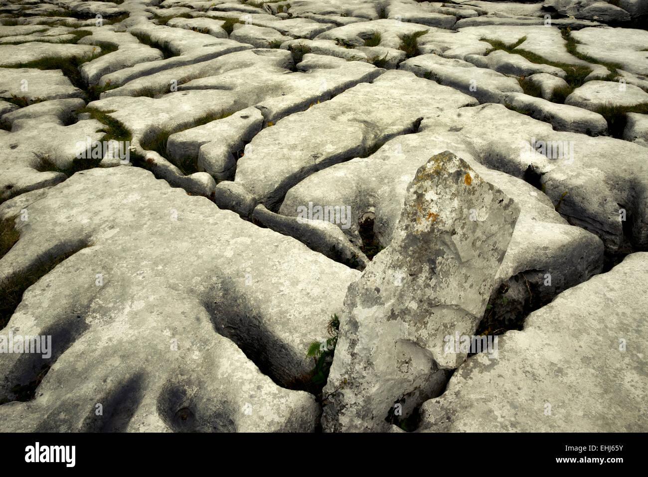 Rock formation karstique près de la tombe mégalithique de Poulnabrone appelé. Le Burren, Irlande Photo Stock