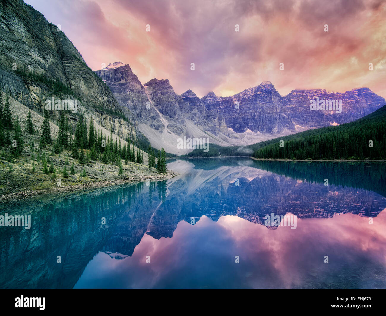 Le Lac Moraine avec coucher de nuages. Le Parc National de Banff, Canada Photo Stock