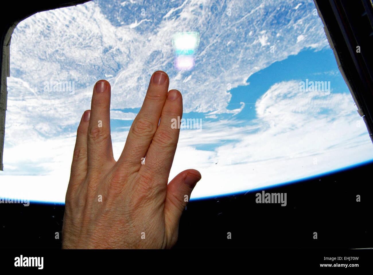 Terry Virts astronaute (@AstroTerry) twitté cette image d'un salut de la main à partir de l'orbite de Vulcan, en hommage à l'acteur Leonard Nimoy, décédé le vendredi 27 février, 2015. Banque D'Images