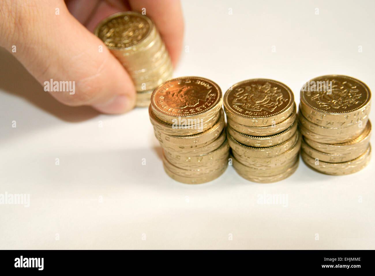 Compter les espèces main pièces Livre sterling Photo Stock