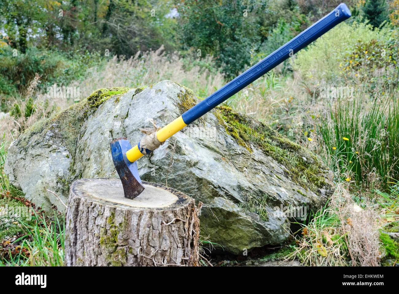 Une hache sur un bloc de bois Banque D'Images