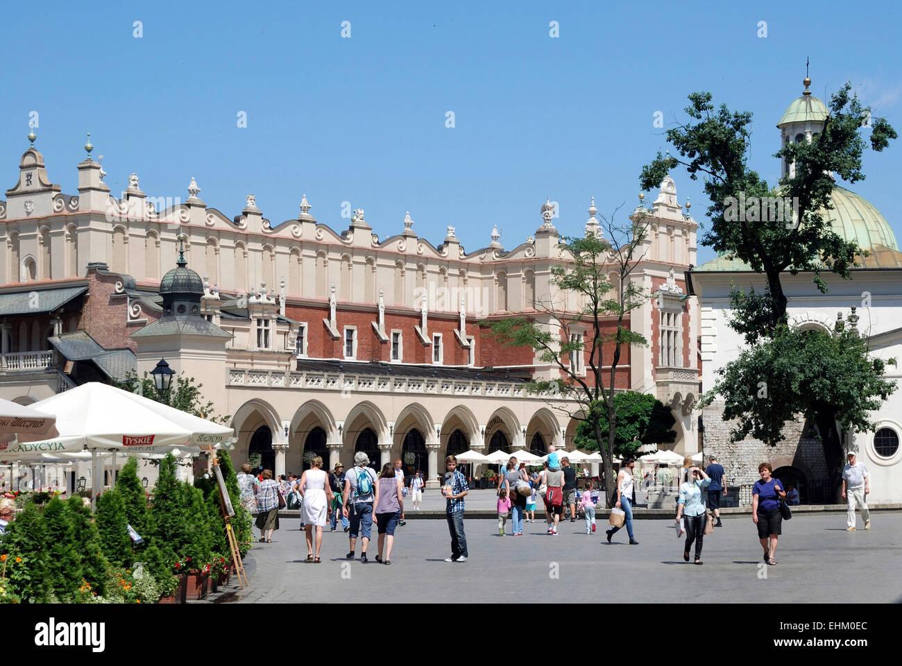 La place principale de Cracovie en Pologne avec le chiffon Halls. Photo Stock