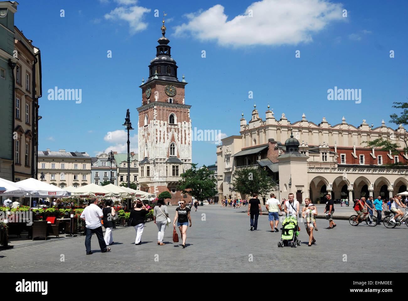 La place principale de Cracovie en Pologne avec tour de ville et de l'Étoffe Halls. Photo Stock