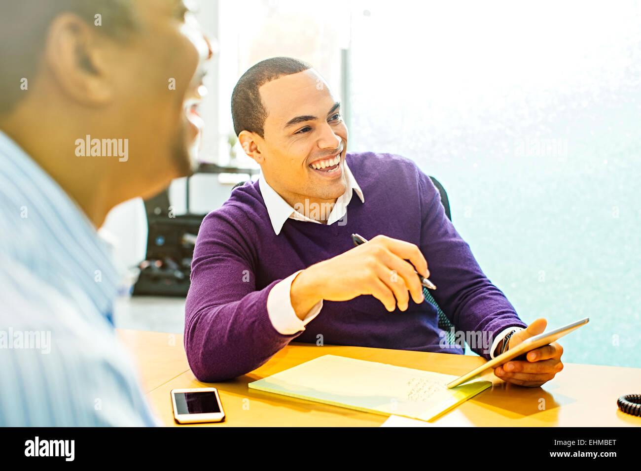 Hommes d'rire en réunion de bureau Banque D'Images