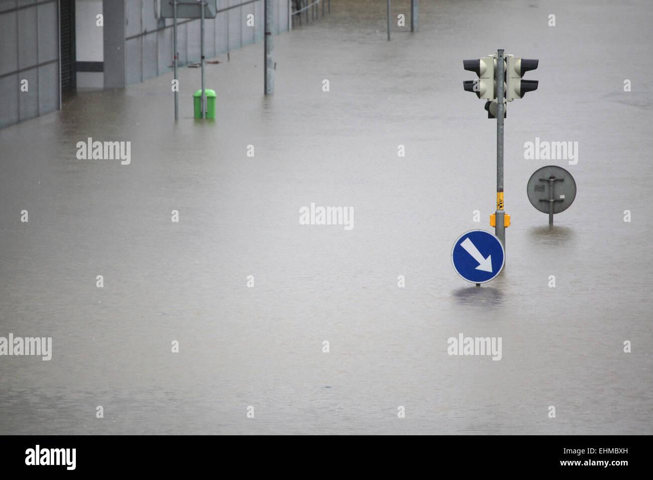 Carrefour inondé avec des feux de circulation et un signe de la circulation droit garder inondées par Photo Stock