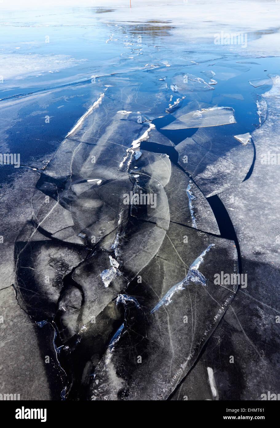 La fissuration de la glace sur le lac, la Finlande Photo Stock