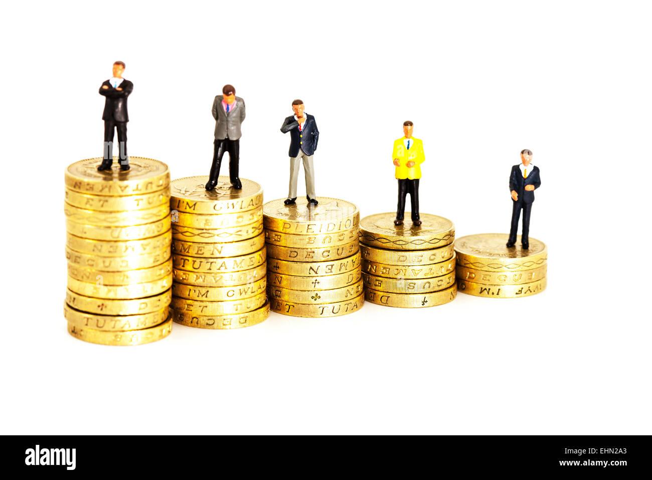 Comparer comparaison des salaires salaires revenu salaire salaire finance argent isolé paie coupé g fond Photo Stock