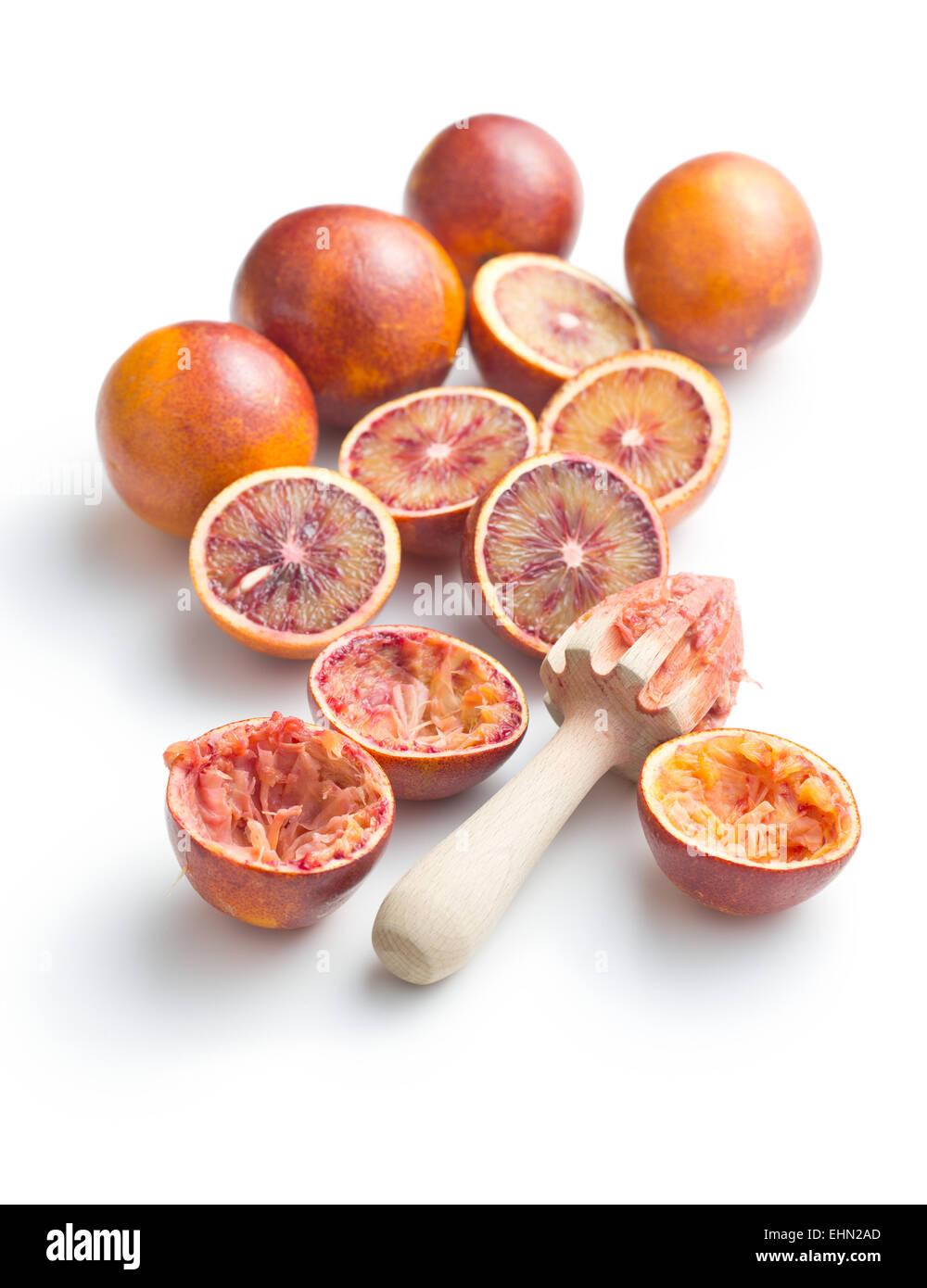 Moitié d'orange sanguine et un presse-agrumes sur fond blanc Photo Stock