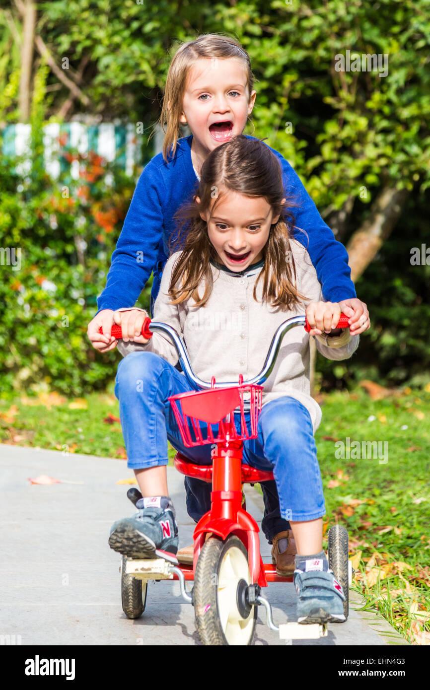 5 et 7 ans pour monter sur un vélo. Photo Stock