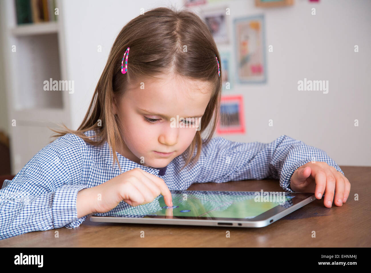 5 year-old girl using tablet computer. Banque D'Images