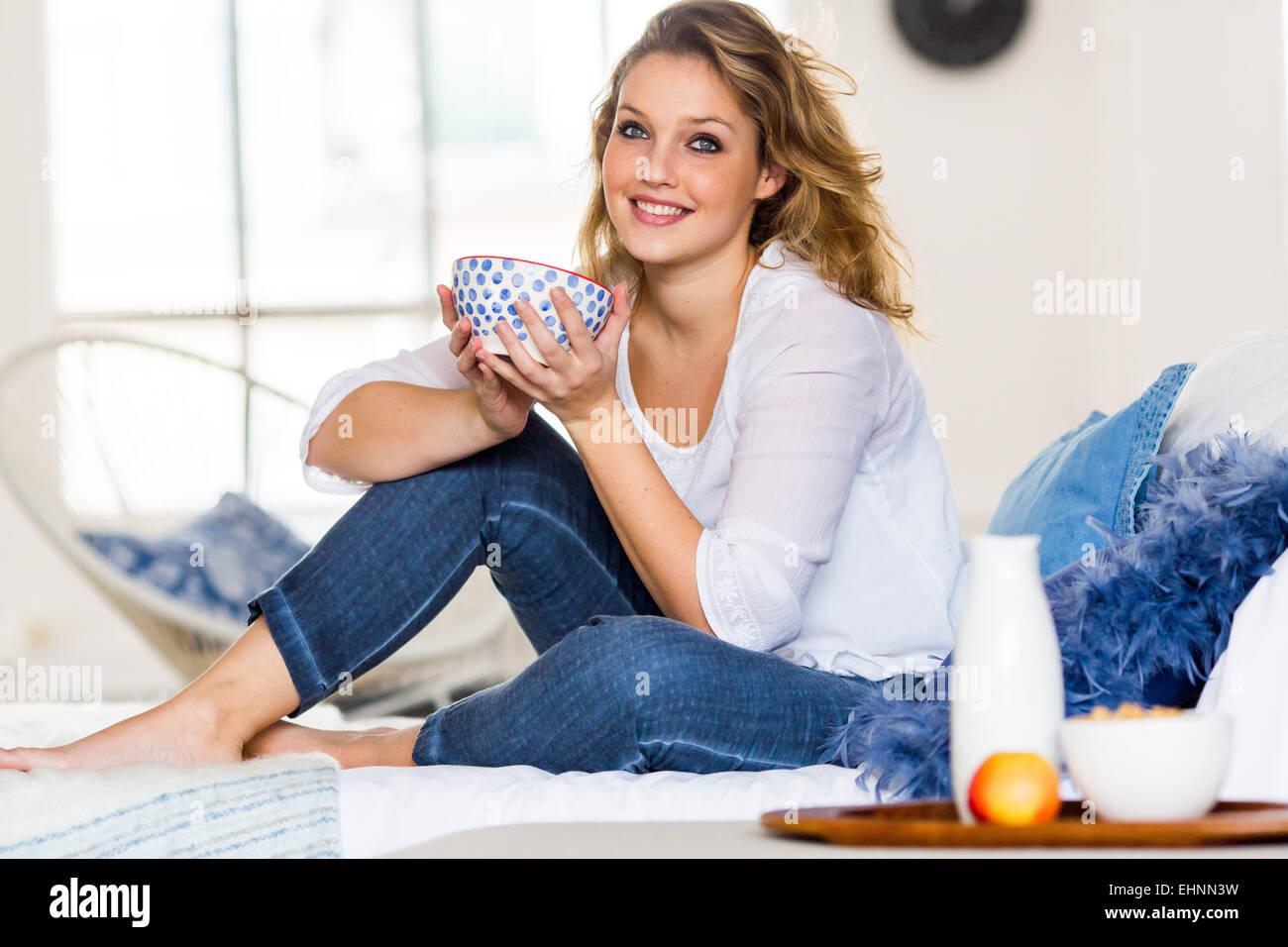 Femme ayant le petit déjeuner. Photo Stock