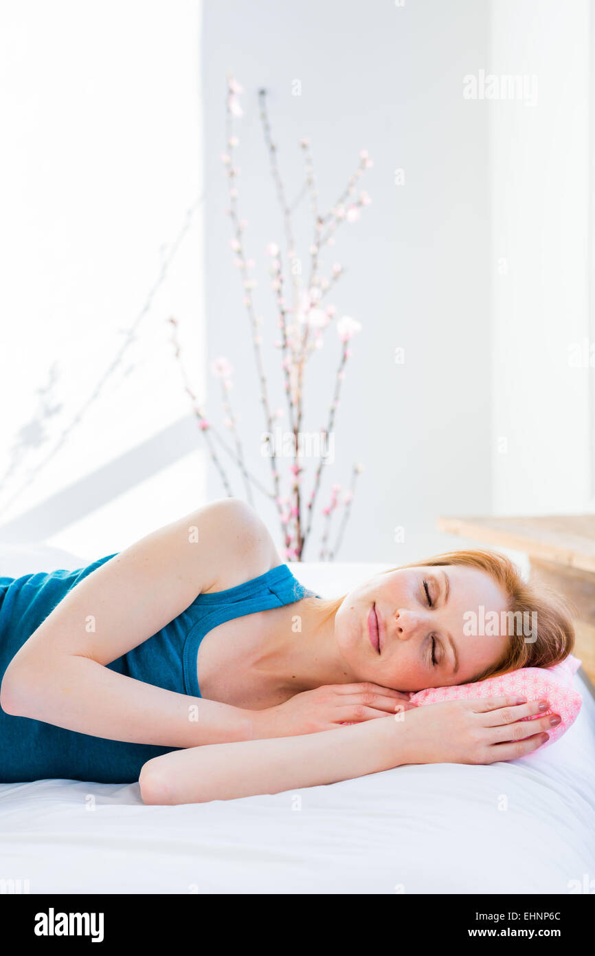 Femme au lit. Photo Stock