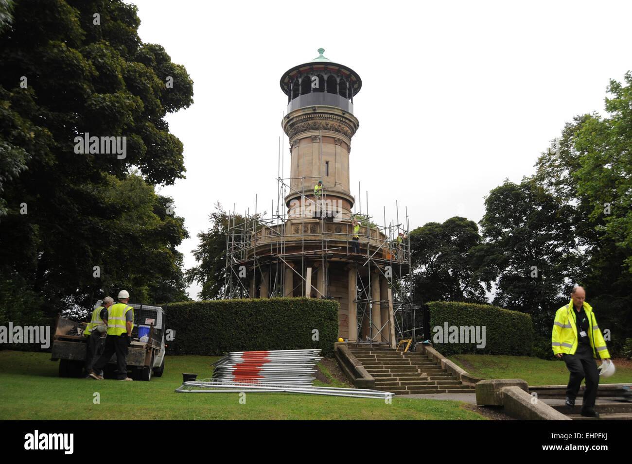 L'échafaudage est retiré de Locke Park Tower, Barnsley, South Yorkshire, UK après rénovation. 12 septembre 2013. Photo: S Banque D'Images