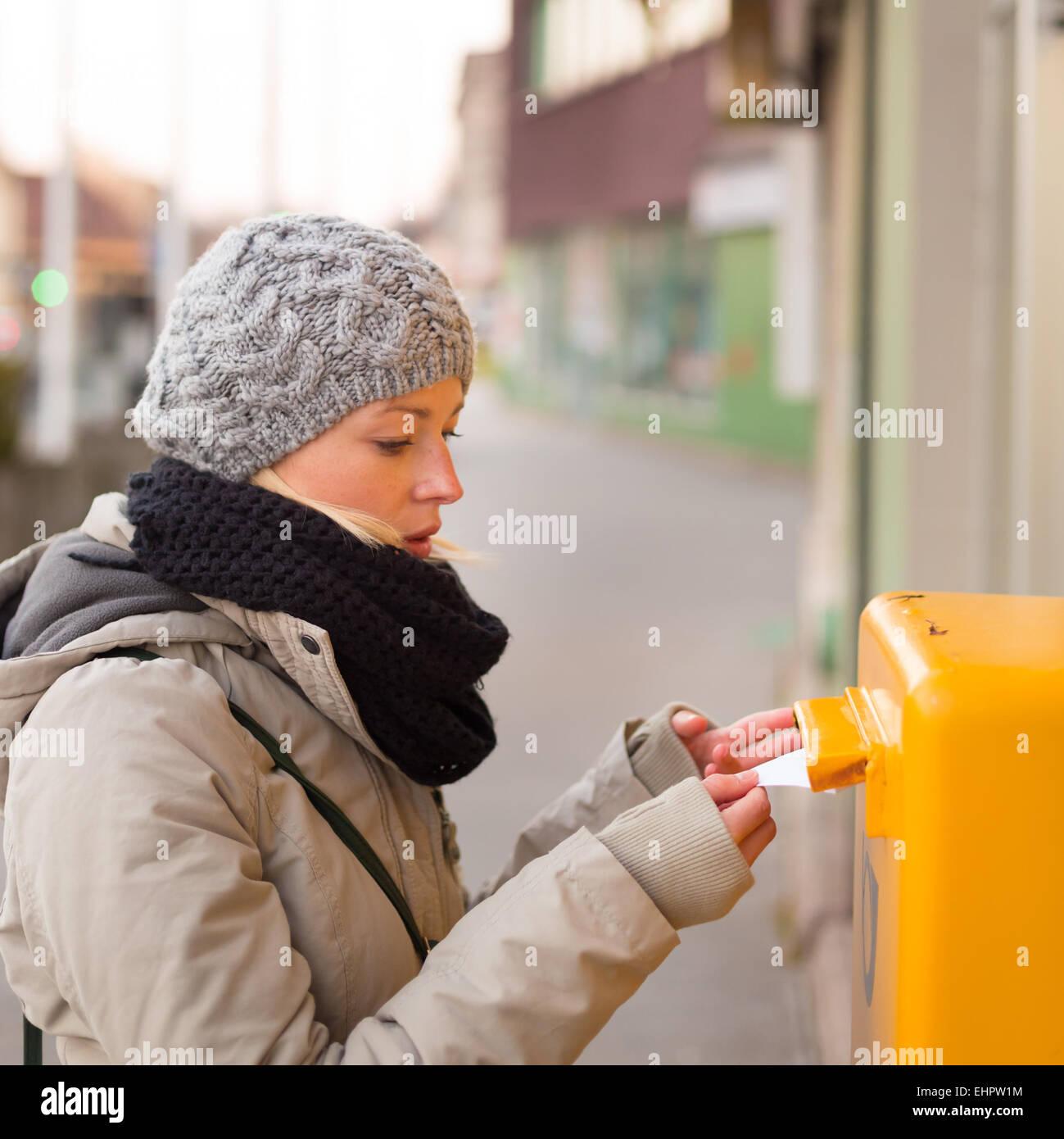 Jeune femme de l'affichage des lettres. Photo Stock