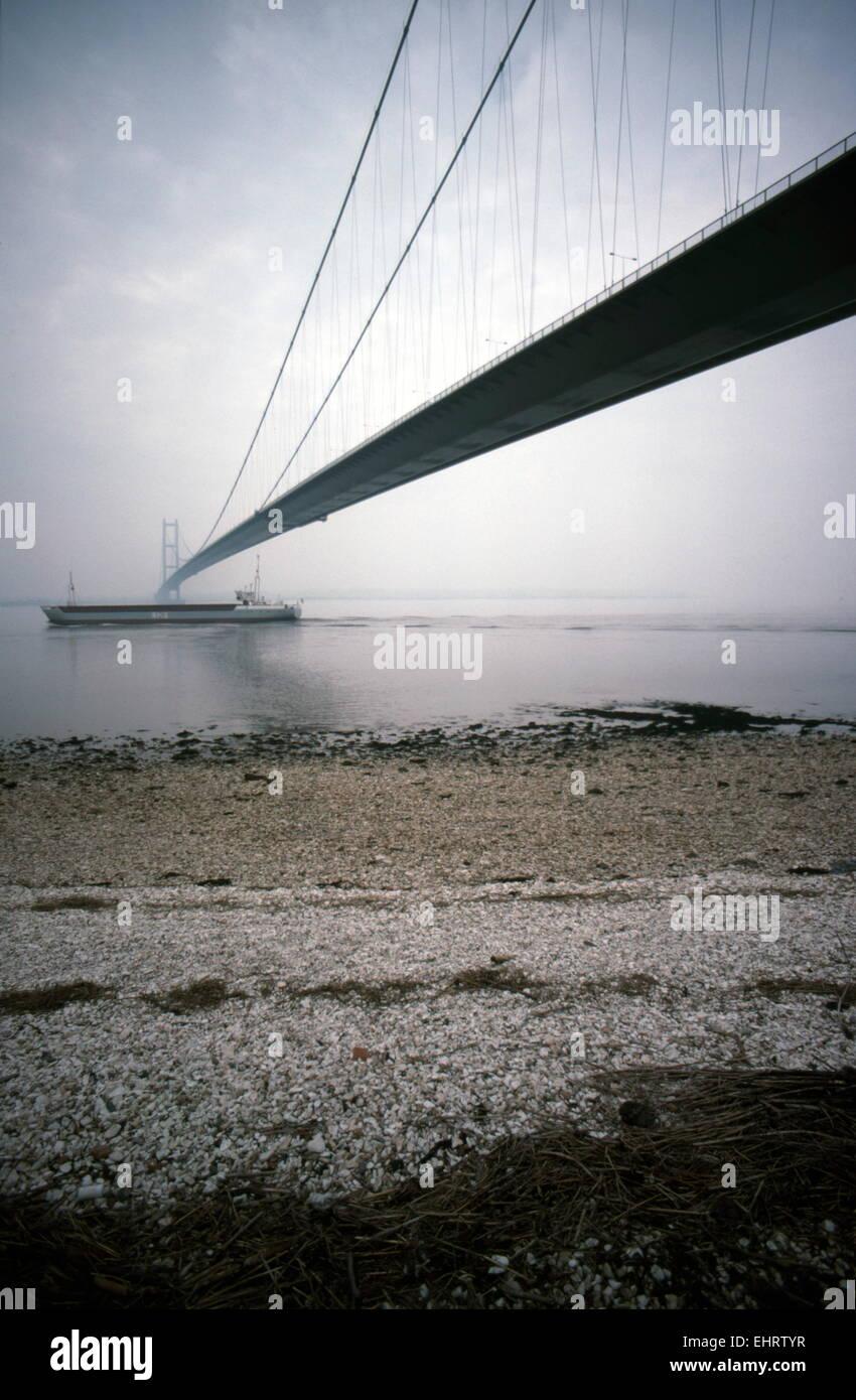 AJAXNETPHOTO. HULL, Angleterre. - Le passage de la rivière - 2 220 mètres de LONG SUSPENSION HUMBER Bridge Road. PHOTO:JONATHAN EASTLAND/AJAX REF:048827 Banque D'Images