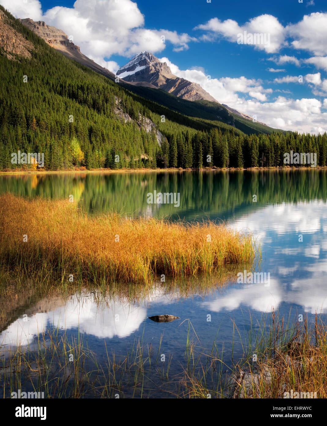 Les nuages et la réflexion dans les lacs de la sauvagine. Le parc national Banff. L'Alberta. Le Canada. Photo Stock