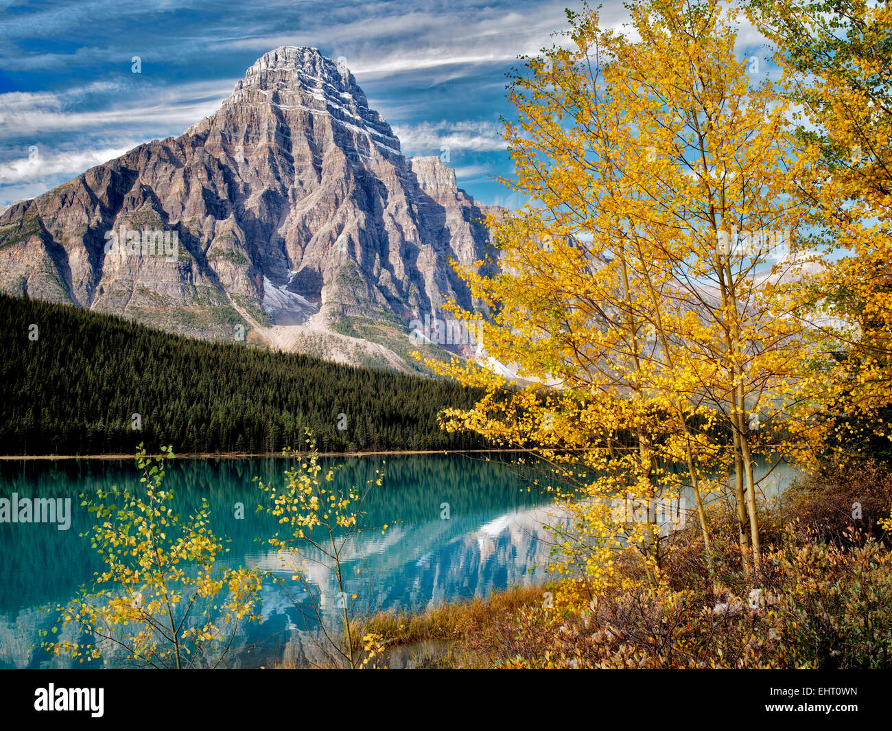 Waterfaowl Lacs et Mt. Chephren avec couleur automne trembles. Le parc national Banff. L'Alberta, Canada Photo Stock