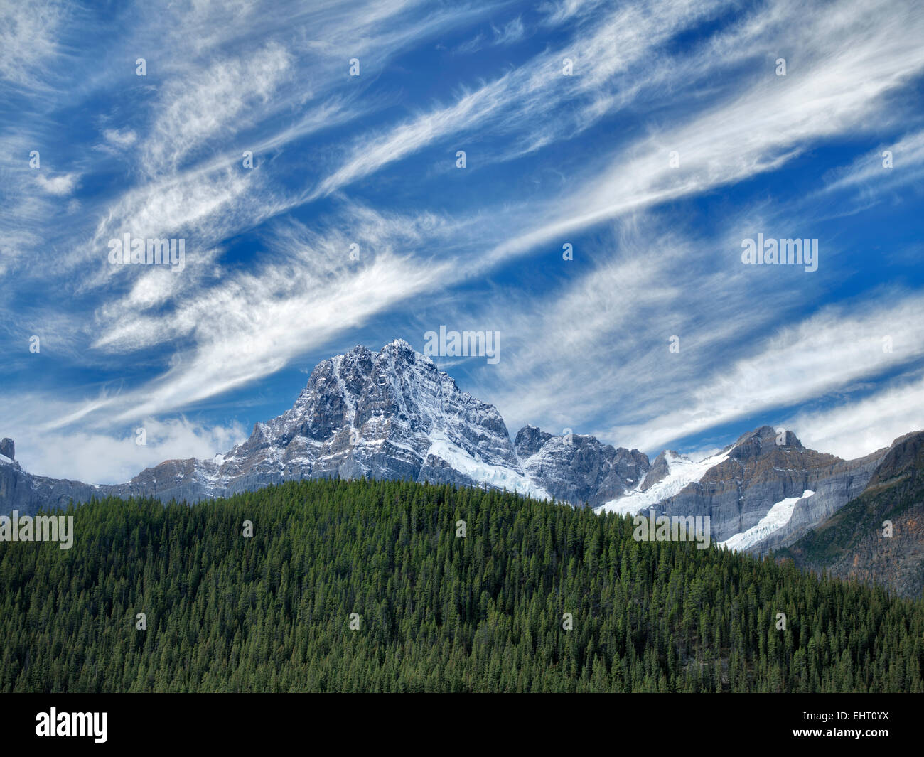 Lacs et chutes de neige et de Peake Maison nuages. . Le parc national Banff. L'Alberta, Canada Photo Stock