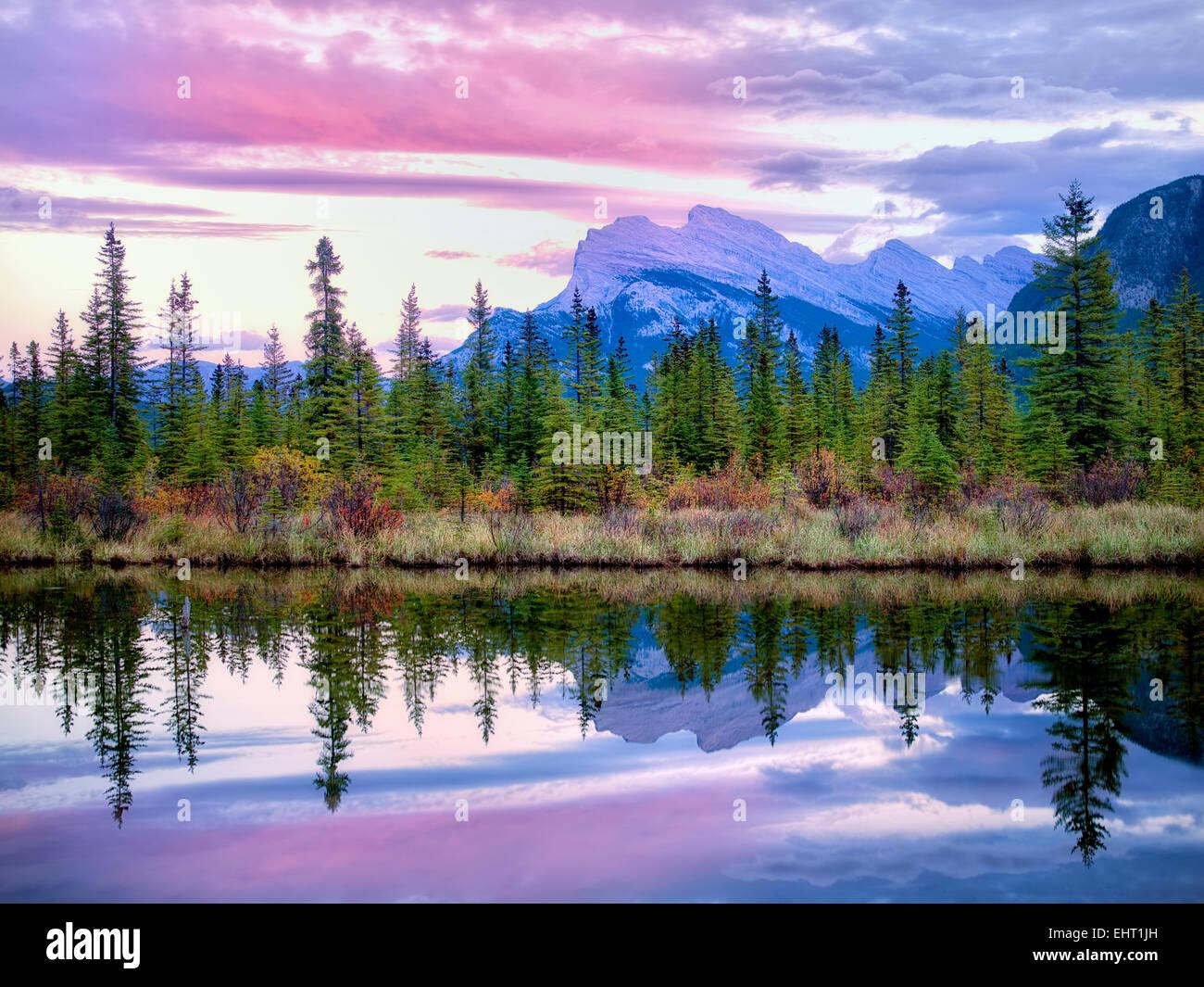 Lacs Vermillion et Mt. Avec le coucher du soleil. réflexion Rundle Le parc national Banff, Alberta Canada Photo Stock