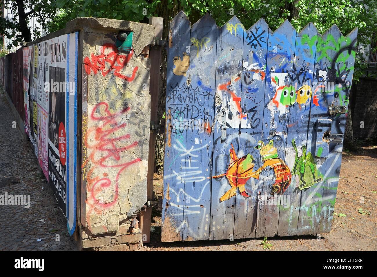 Porte en bois peint dans une rue de Berlin Banque D'Images