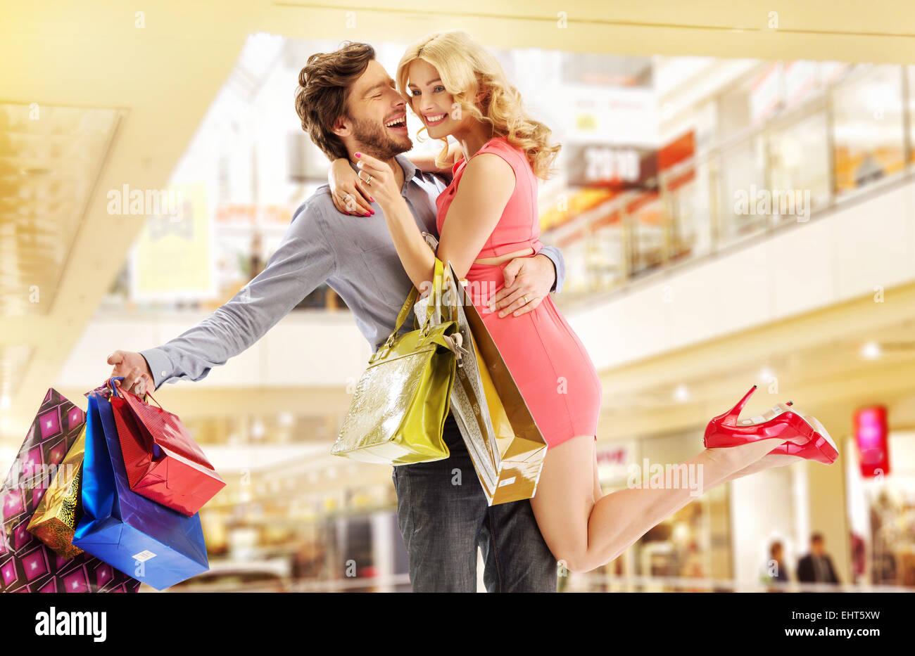L'homme d'acheter tout pour son épouse bien-aimée Photo Stock
