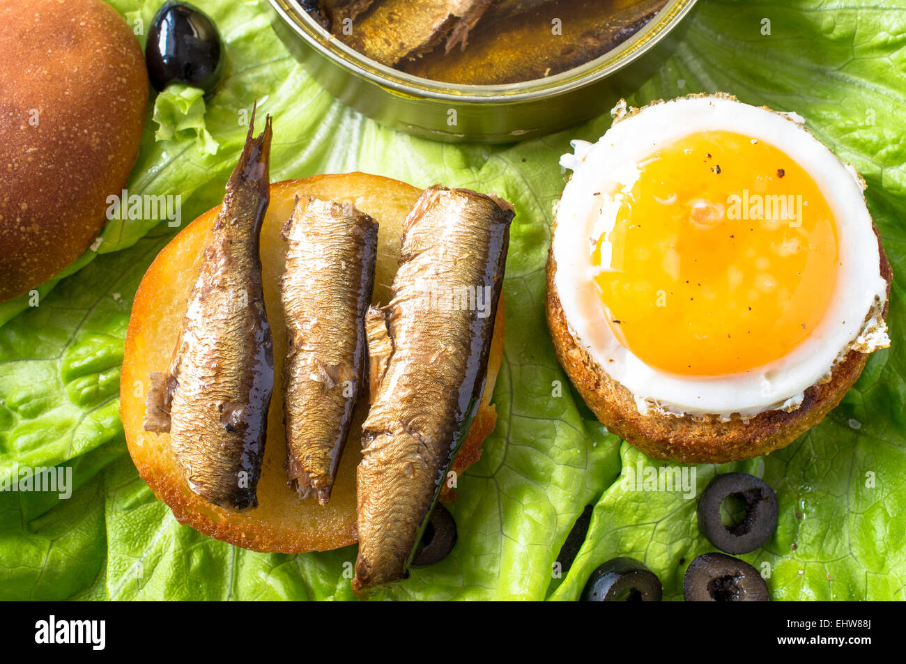 Tapas, apéritif burger bun avec œuf frit, de sardines ou d'anchois Photo Stock