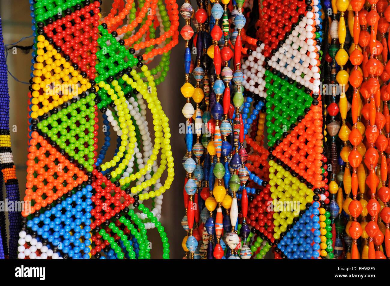 Perles traditionnelles Zulu bijoux et colliers colorés pour la vente aux  touristes au Victoria Street marché 71b994d4b196