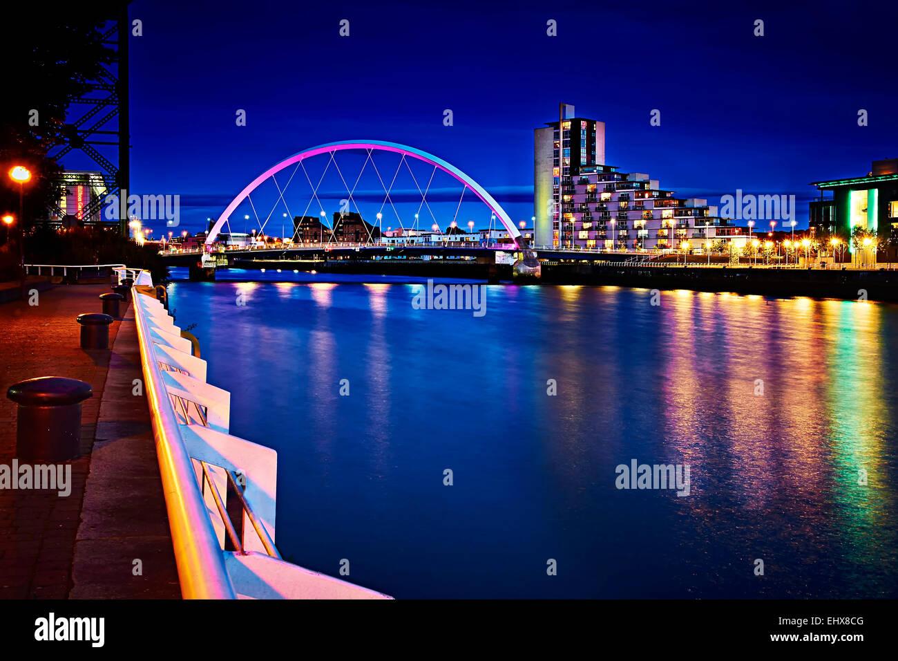 Une photo de nuit le long de la rivière Clyde, à la recherche en amont de la Clyde Arc du SECC. Banque D'Images