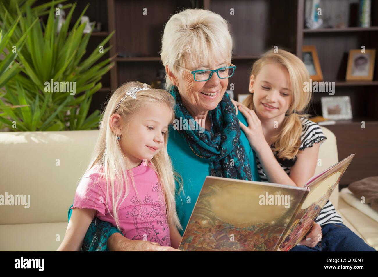 Livre de lecture grand-mère à ses petites-filles, Bavière, Allemagne Photo Stock