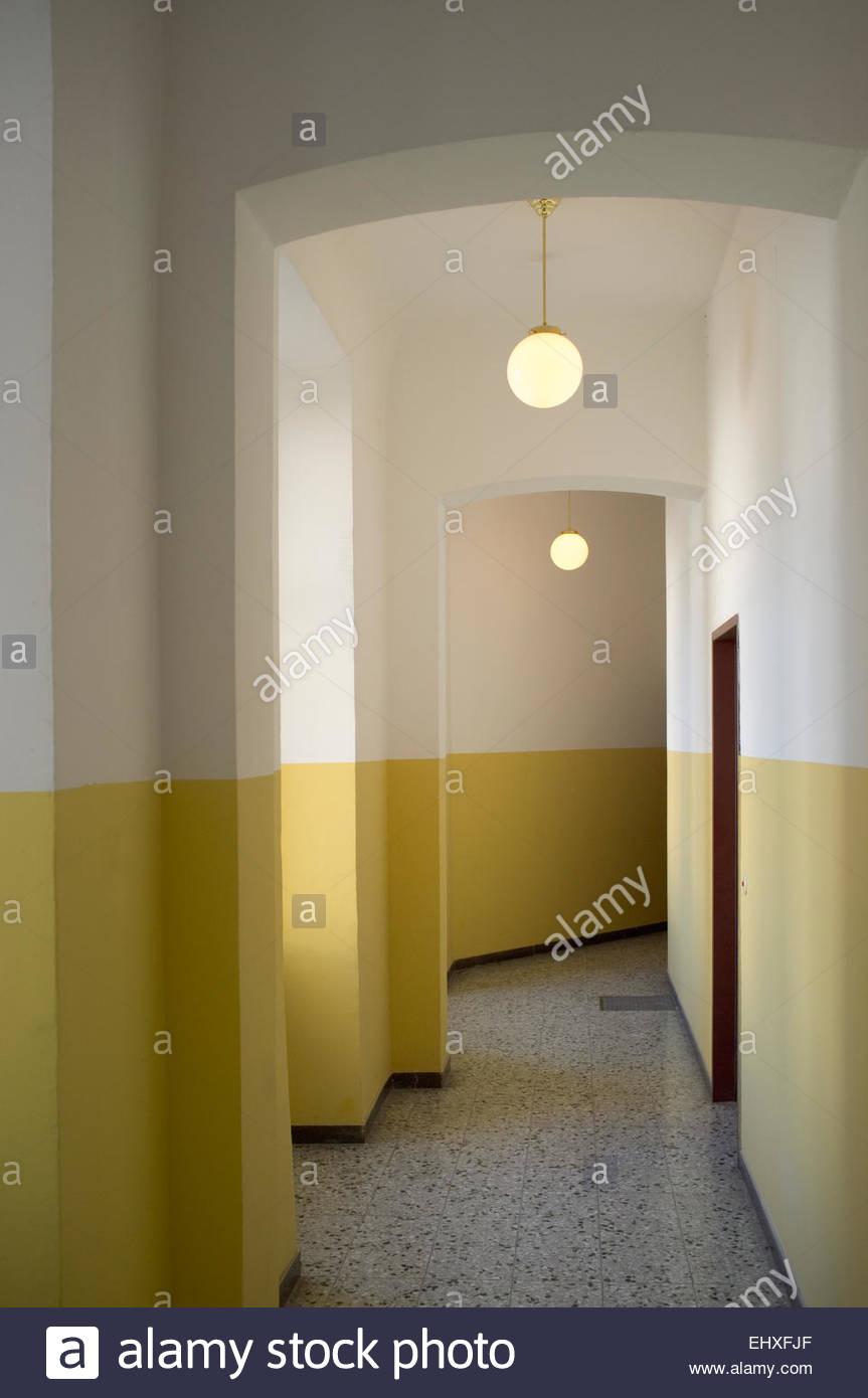 Passage couloir mur vide appartement jaune Banque D\'Images ...