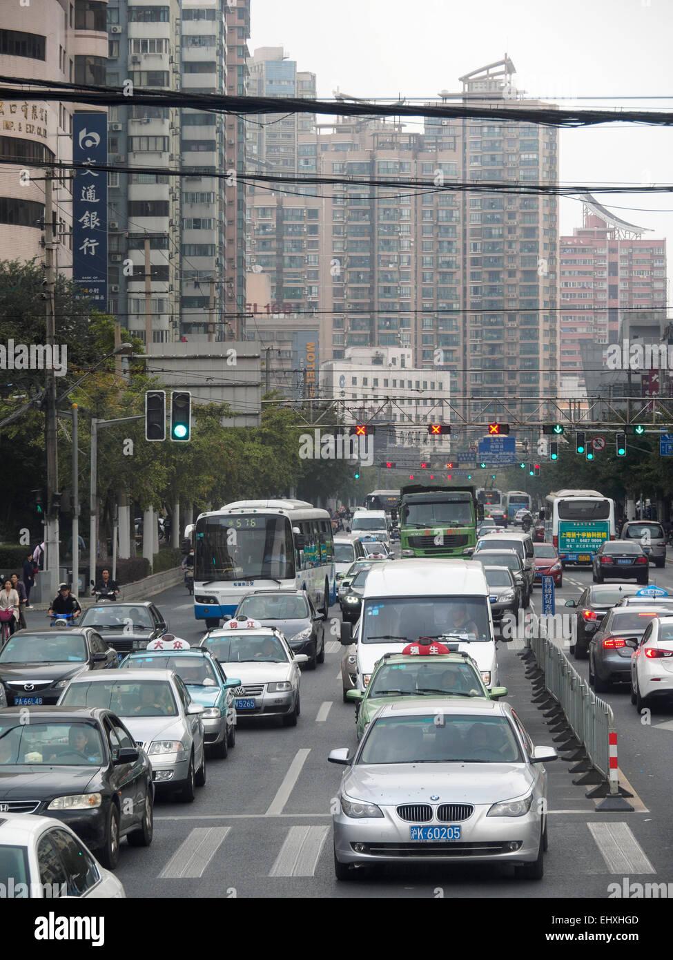 Embouteillage sur l'autoroute pendant les heures de pointe à Shanghai, Chine Photo Stock
