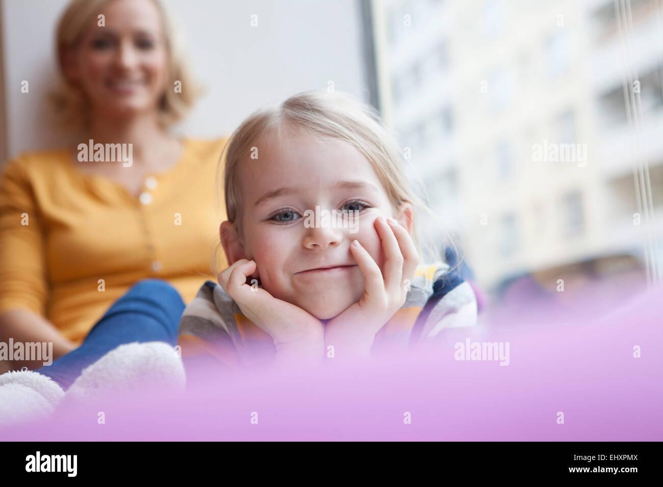 Smiling girl avec la mère en arrière-plan Photo Stock