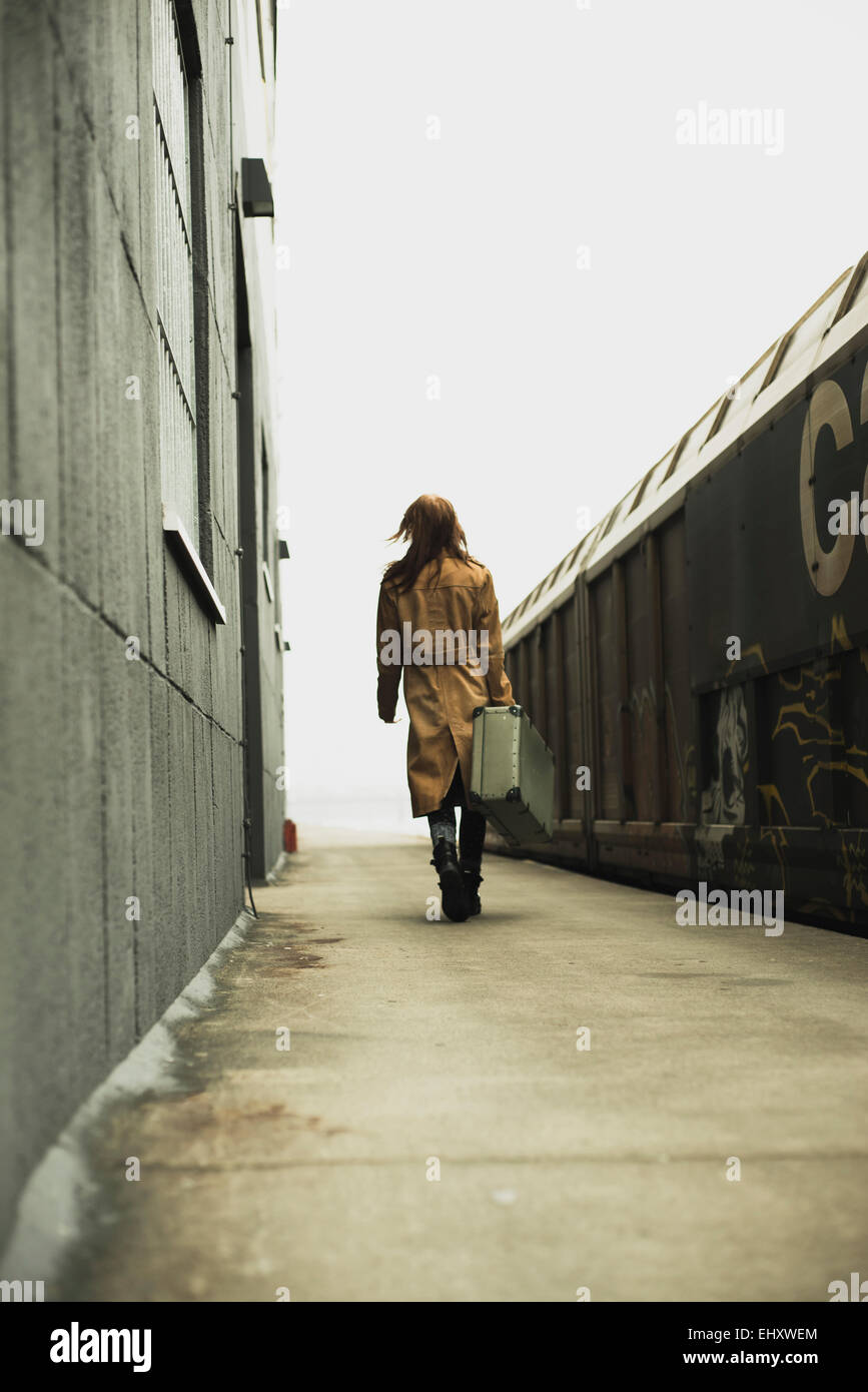 Jeune femme avec valise sur la plate-forme Photo Stock