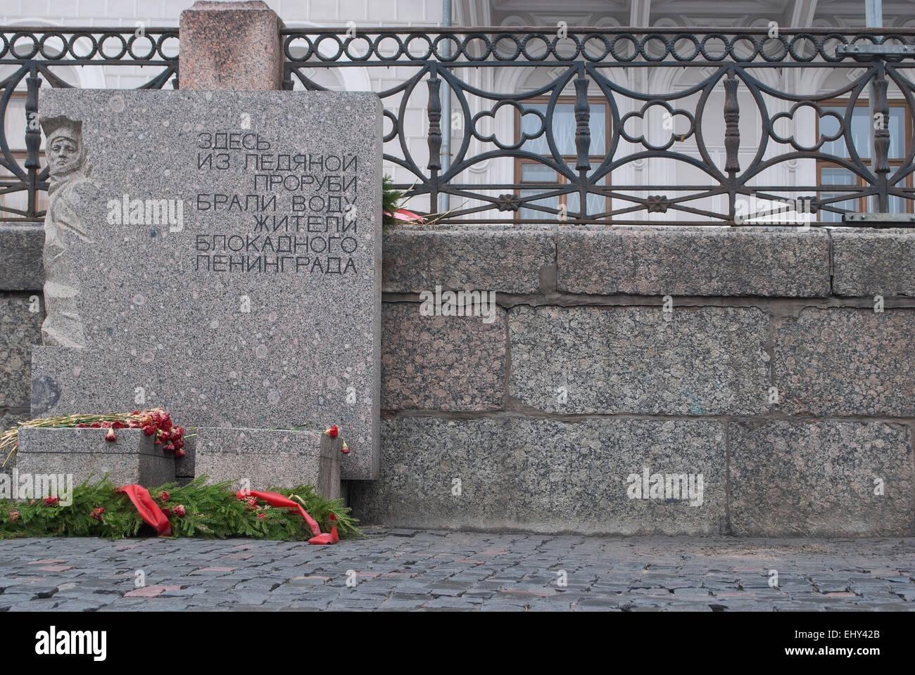 Memorial dalle sur la rivière Neva dans un endroit où les habitants de Léningrad assiégée Photo Stock