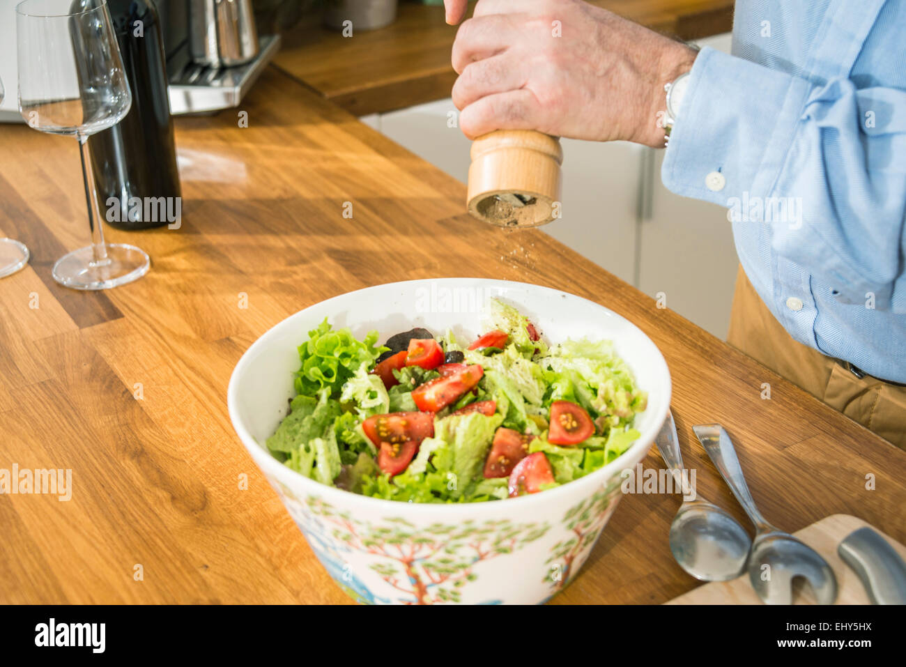 Personne salade assaisonnement Photo Stock