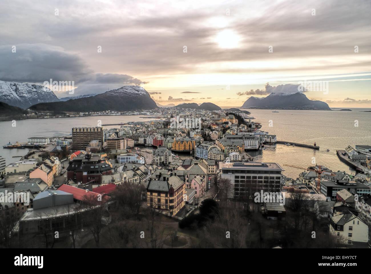 Vue imprenable sur la ville d'Alesund norvégien au coucher du soleil Photo Stock