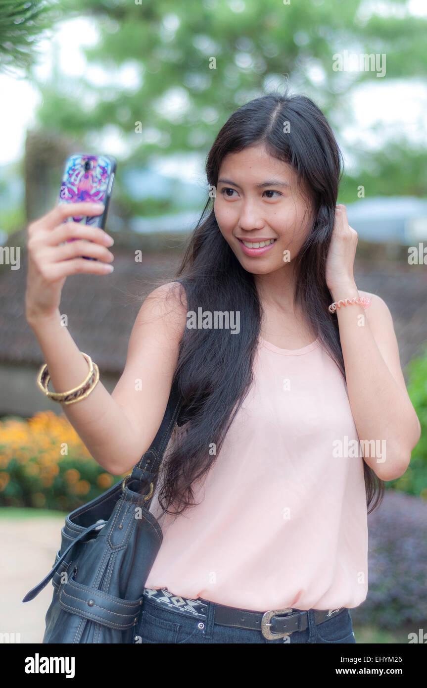 Jeune femme tenant un selfies Photo Stock