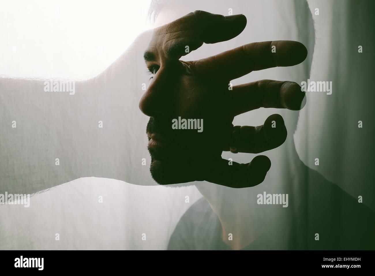 Portrait conceptuel d'un homme à la recherche de lui-même Photo Stock