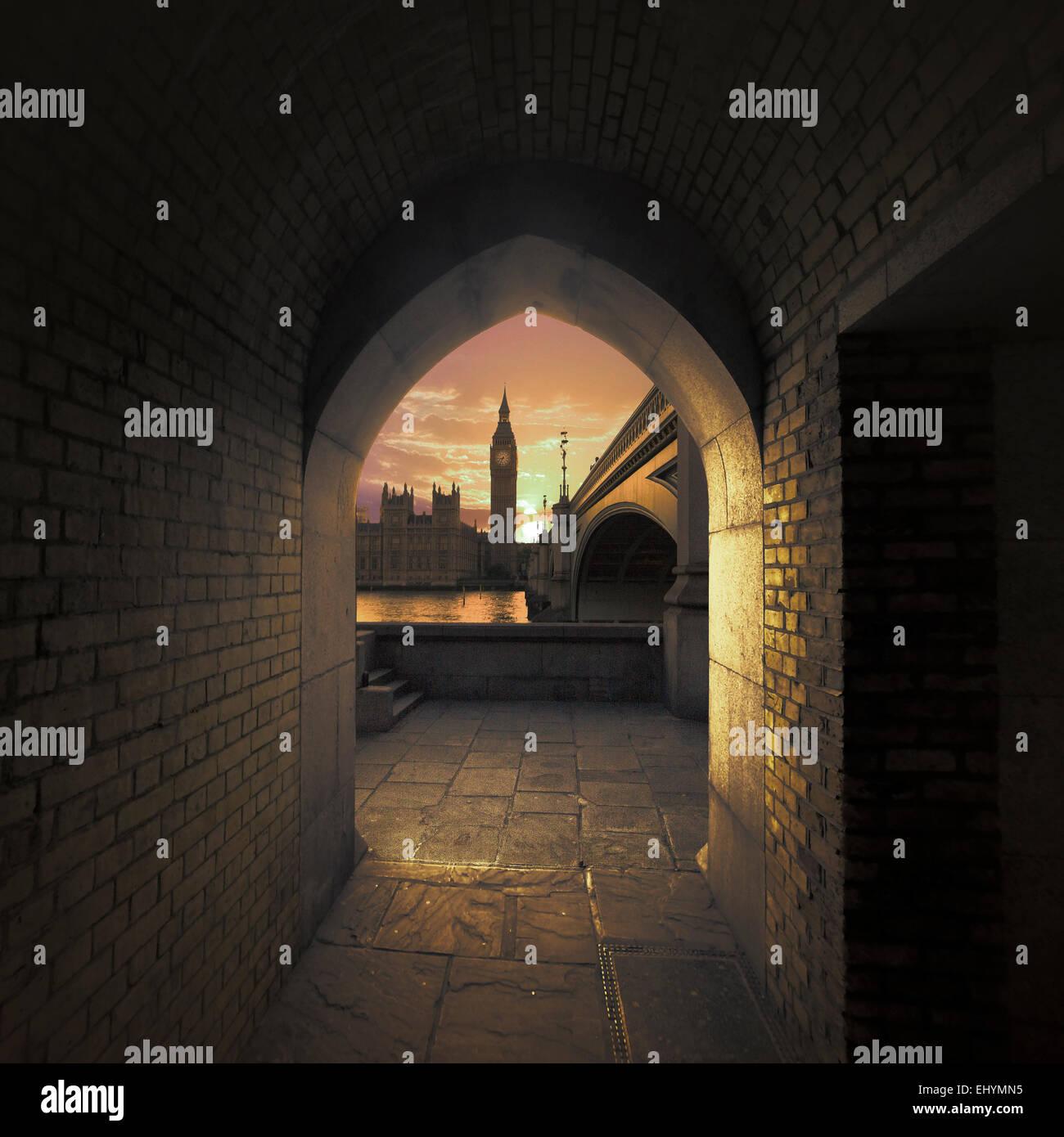Vue de Big Ben à travers une arche sur la Tamise, Londres, UK Photo Stock